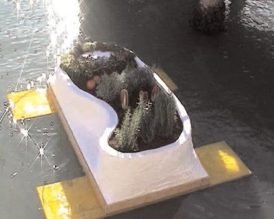 Mise à flot de la maquette du projet Floating Island, polystyrène, plantes, bois, 1,20x2m. Ile de San Servolo, Venise, Italie 2005