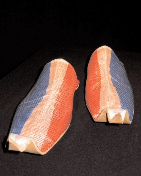 Babouches de 7 lieues, vue de l'exposition Prosismic, Espace Paul Ricard  pièce unique réalisée sur mesure, cuirs et toile diplômatique, 2004