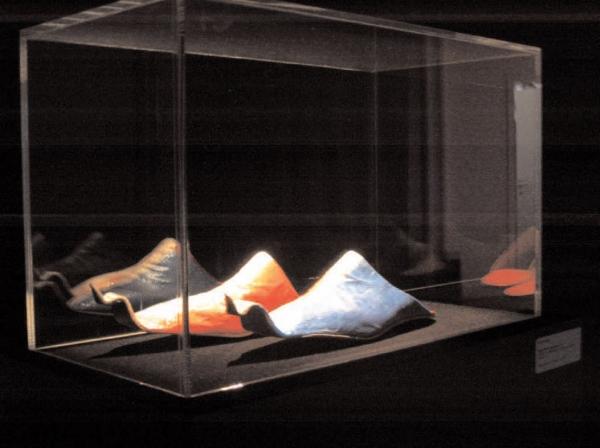 Babouches de 7 lieues, vue de l'exposition Prosismic, Espace Paul Ricard,  pièce unique réalisée sur mesure, cuirs et toile diplômatique, 2004